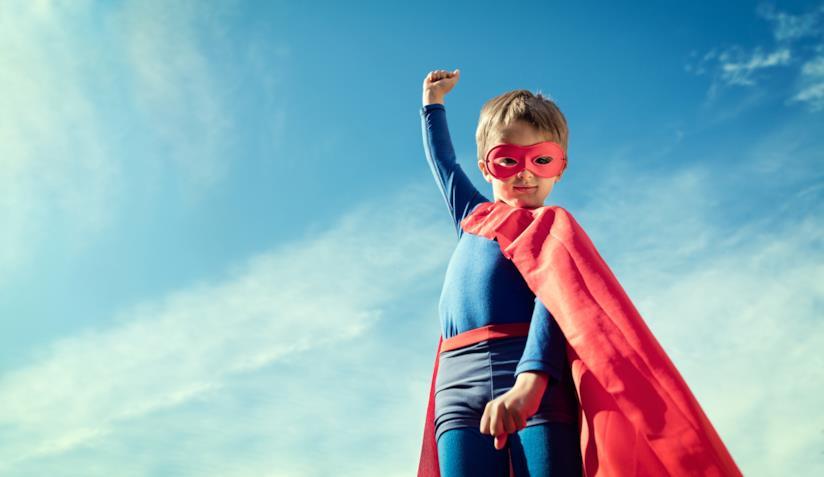 Bimbo con mantello da supereroe