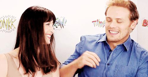Sam abbraccia Caitriona sorridente