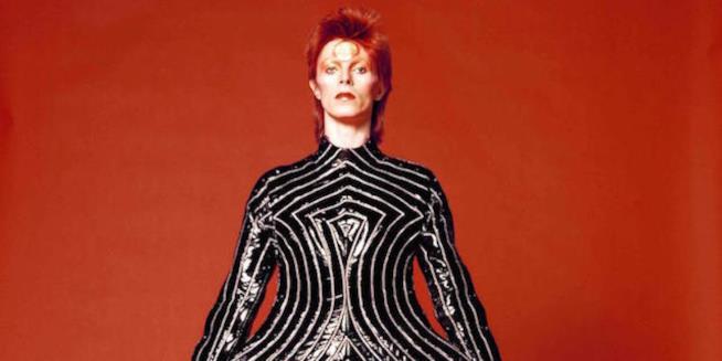 David Bowie con un costume disegnato dallo stilista giapponese Kansai Yamamoto, 1973