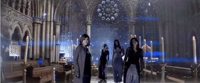 Un frame del video di never Ever