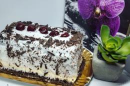 Torta con crema bianca e ciliegie
