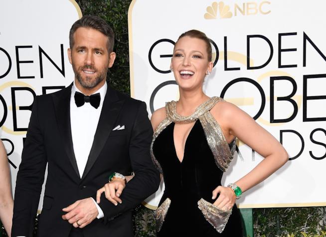 Uno dei look più belli di Blake Lively e Ryan Reynolds, sorridenti ai Golden Globes