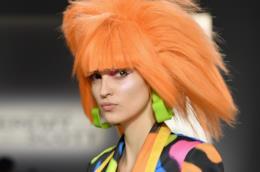 Modella durante la sfilata di Jeremy Scott