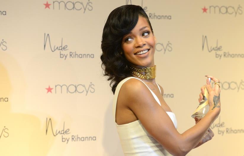 Rihanna vestita di bianco