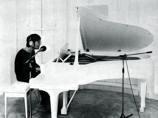 Lennon al piano