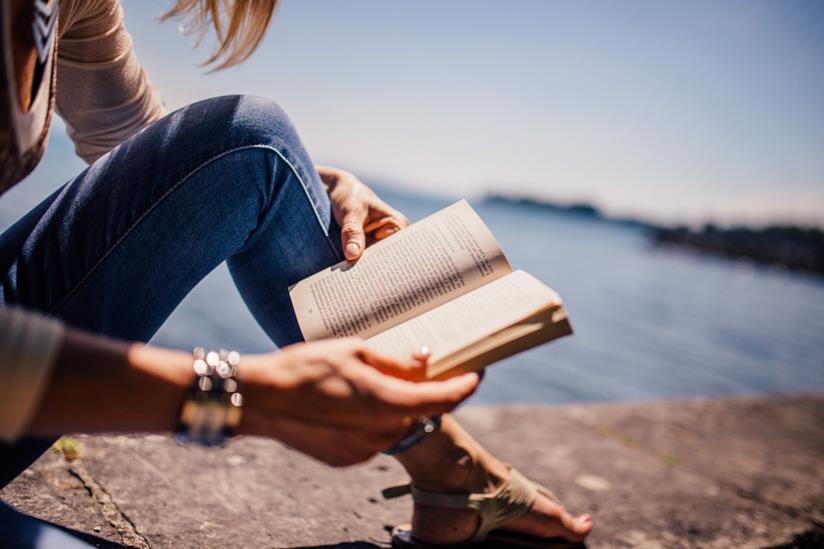 Una donna che legge un libro.