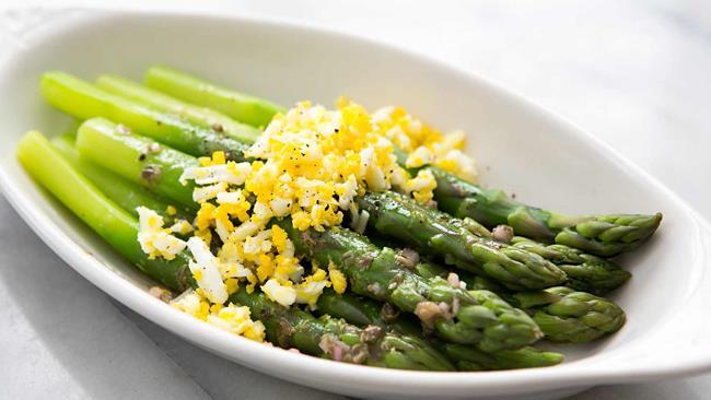 Asparagi e salsa mimosacon uova sode