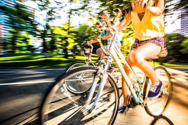 Un gruppo di ragazze va in bici al Central Park