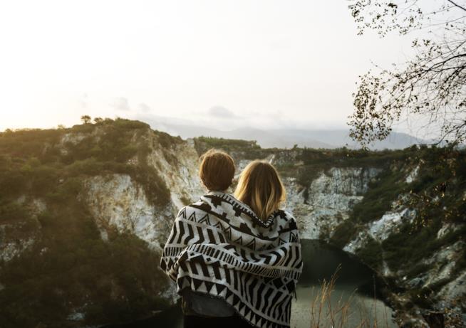 Due ragazze ammirano un panorama montuoso