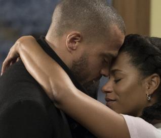 Jackson e Maggie abbracciati in una scena di Grey's Anatomy