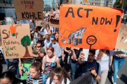 giovani protestano per cambiamento climatico