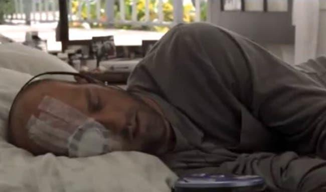 Mark Greene in una scena dell'episodio di ER Sulla spiaggia