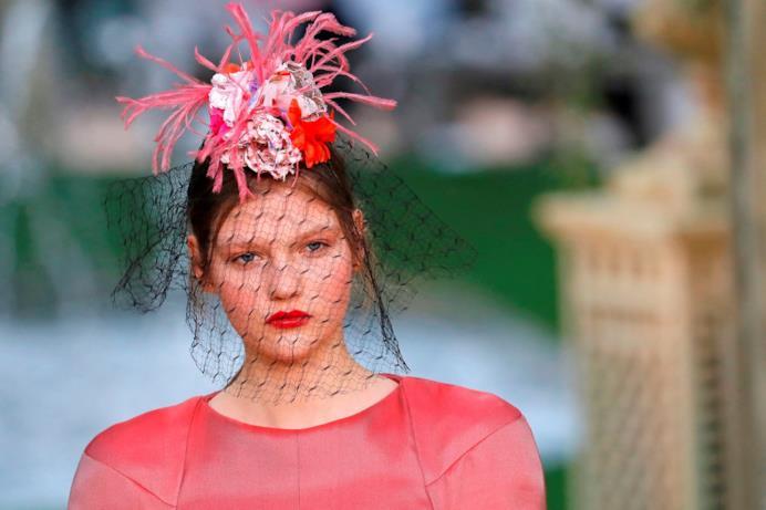 Outfit rosso e veletta nella sfilata Chanel Haute Couture