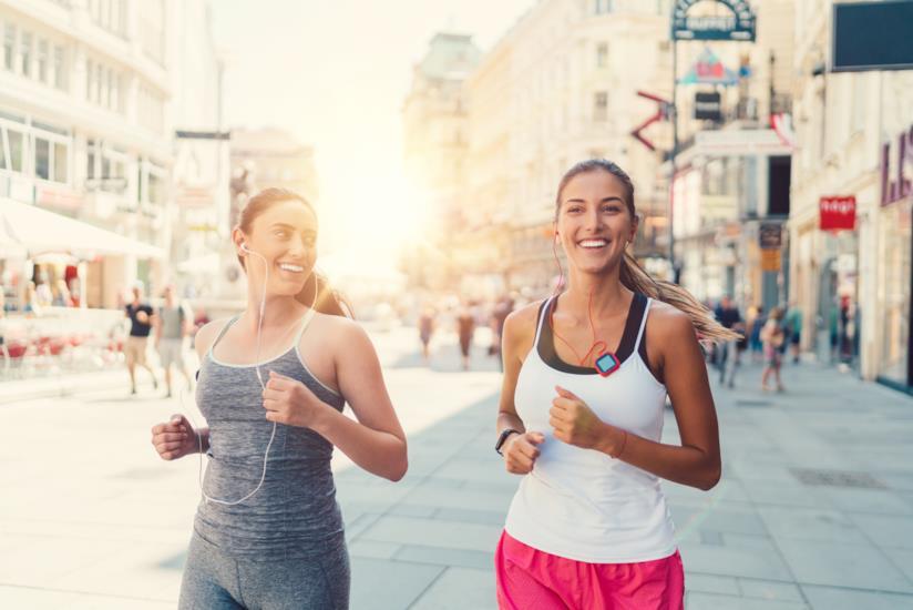 Due ragazze che corrono insieme.