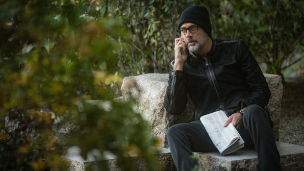 Jason con occhiali e giacca di pelle nera