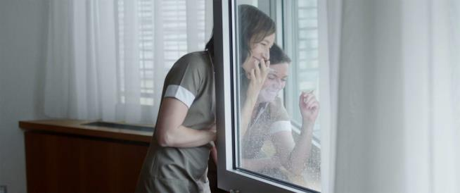La protagonista di Freeheit fuma una sigaretta insieme a una collega