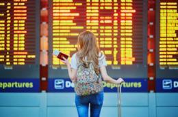 Il tabellone di un aeroporto con arrivi e partenze