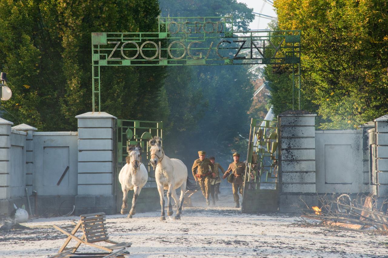 Una scena del film La signora dello zoo di Varsavia