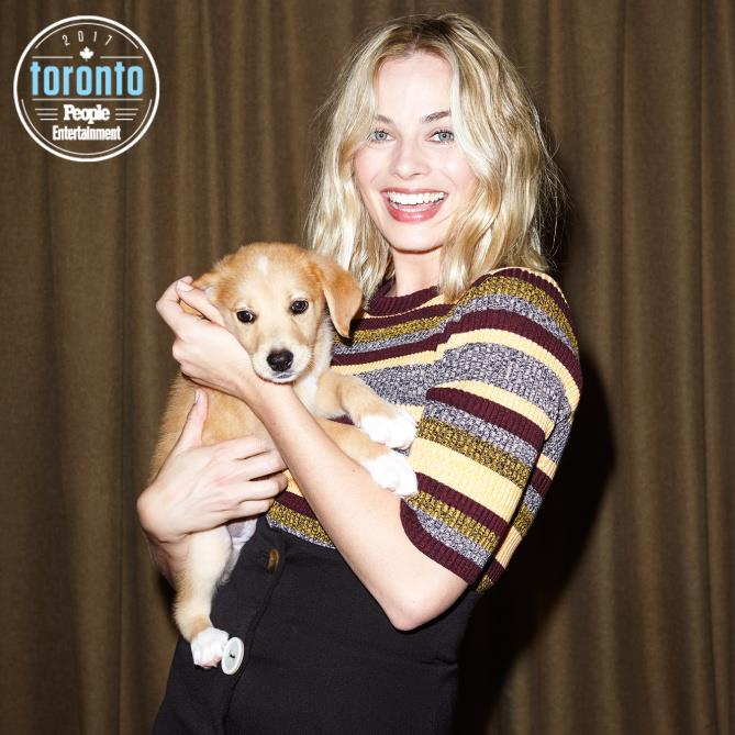 Margot Robbie tiene in braccio un cucciolo