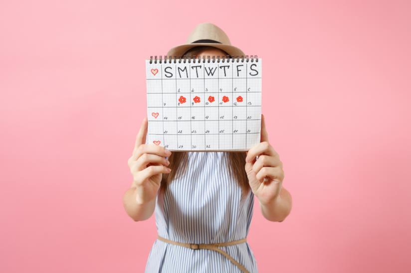 Donna con in mano un calendario