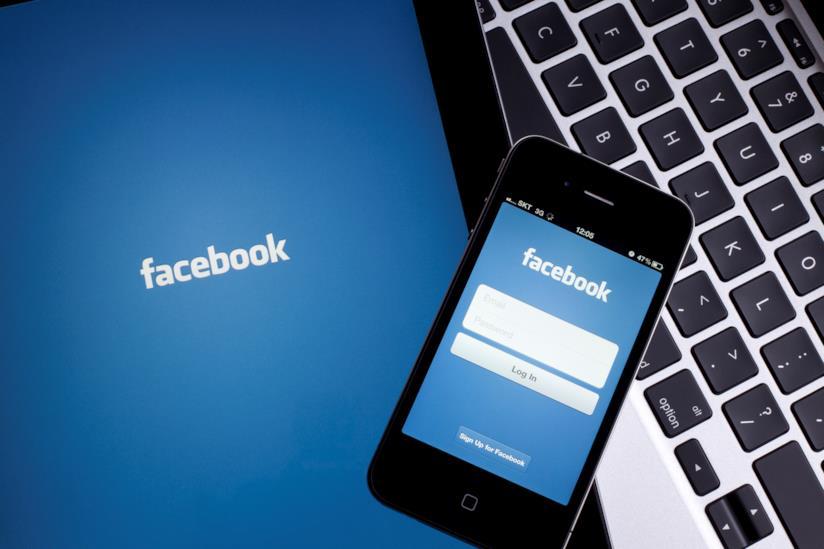 Smartphone con la schermata Facebook