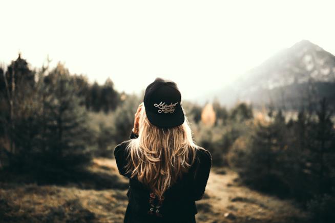 Donna di spalle affacciata a un panorama