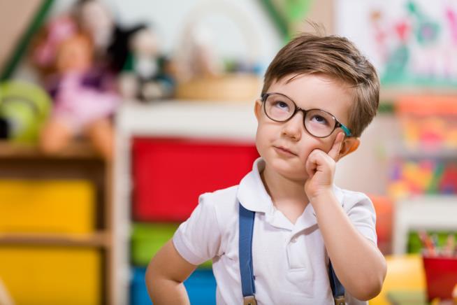 Un bambino che sta pensando.
