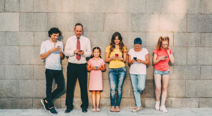 famiglia che guarda il cellulare