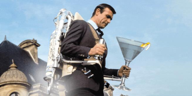 James Bond con un bicchiere gigante di Martini