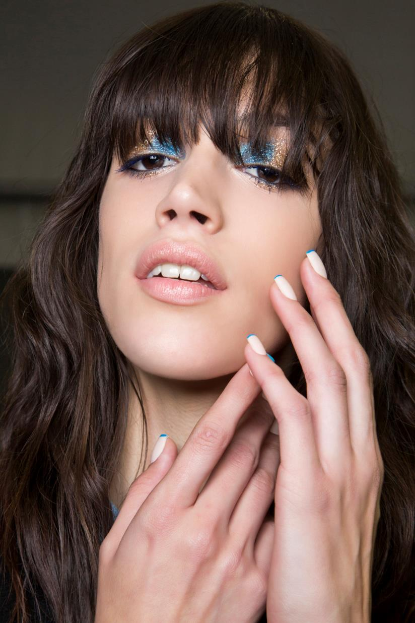 Nail art bianca con french blu
