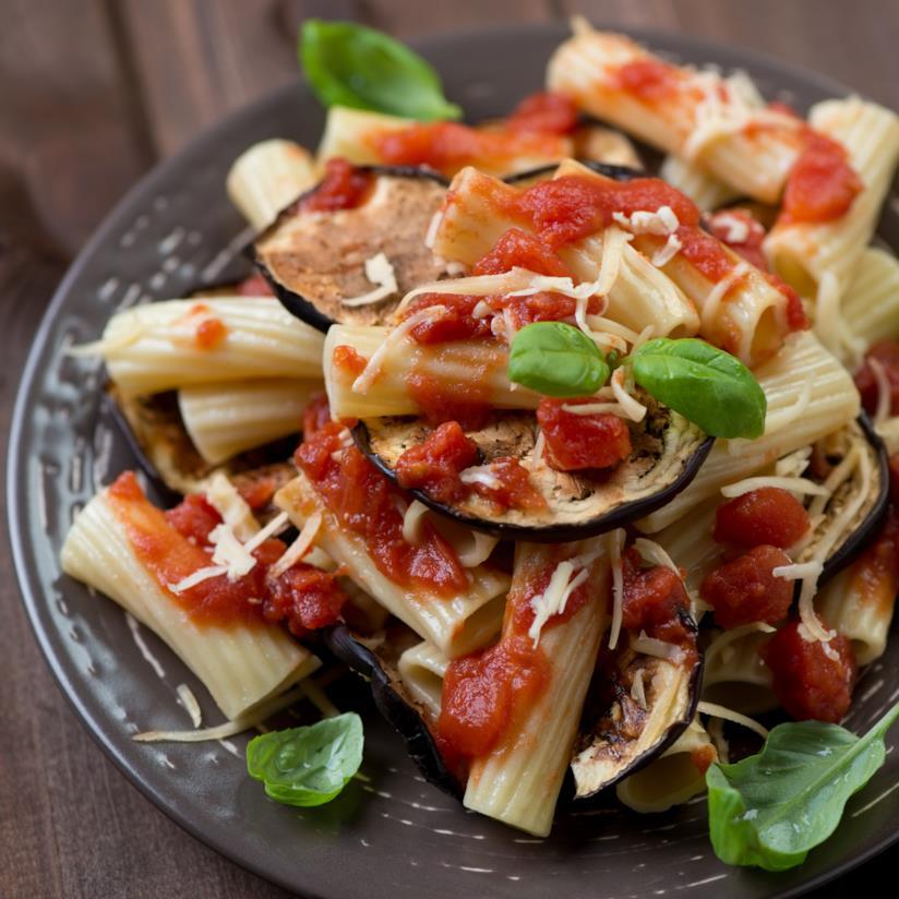 Rigatoni alle melanzane, basilico e ricotta salata