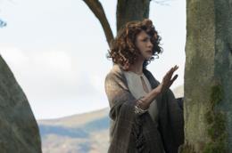 Claire tocca le pietre
