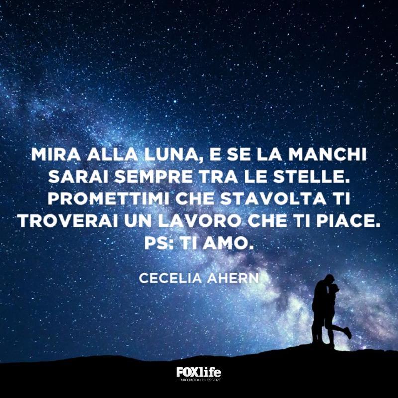 Coppia si bacia sotto un cielo stellato