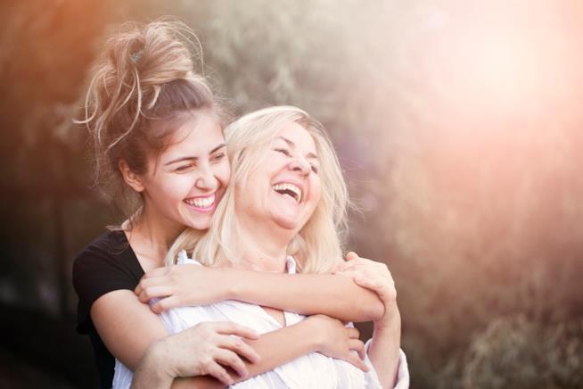 Madre e figlia insieme sorridenti