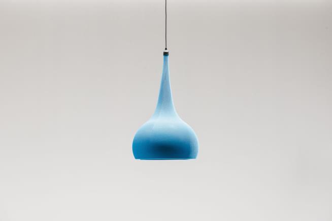 Lampada a sospensione Byblos di Cattelan Italia rivestita in maglia elasticizzata di colore blu
