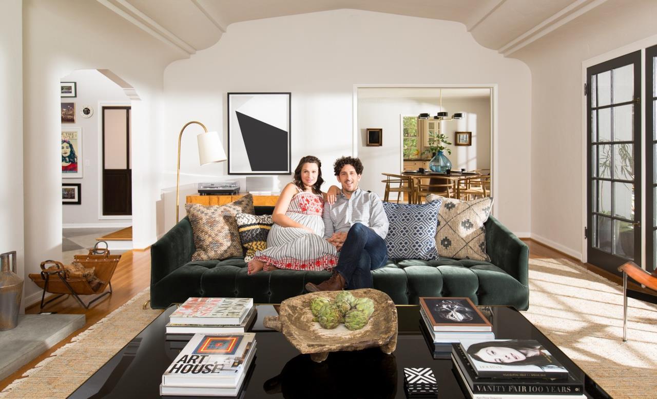 Katie Lowes e Adam Shapiro posano nel loro salone