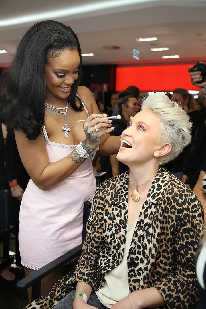 Rihanna  trucca una donna