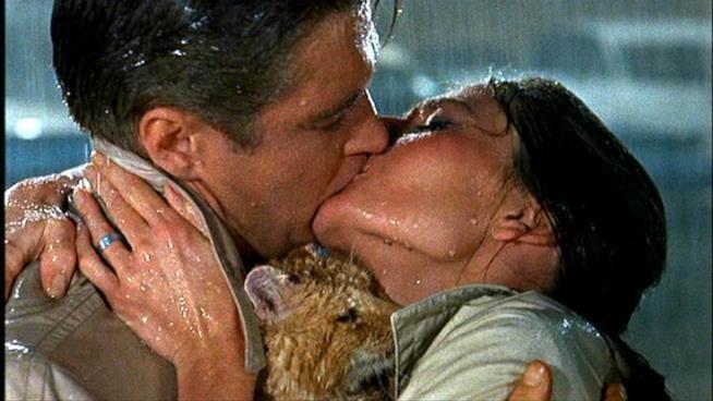 Il bacio di Holly e Paul in Colazione da Tiffany