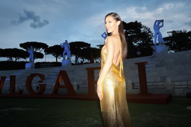 La modella Bella Hadid con un vestito oro