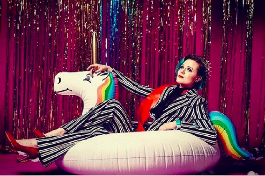 Evan Rachel Wood su un gonfiabile unicorno