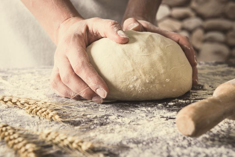 Una persona impasta il pane