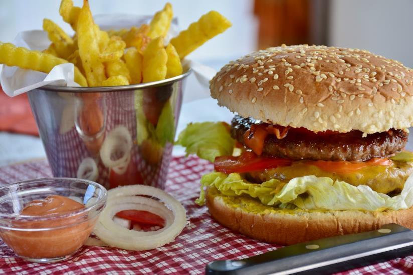 Patatine fritte e hamburger.