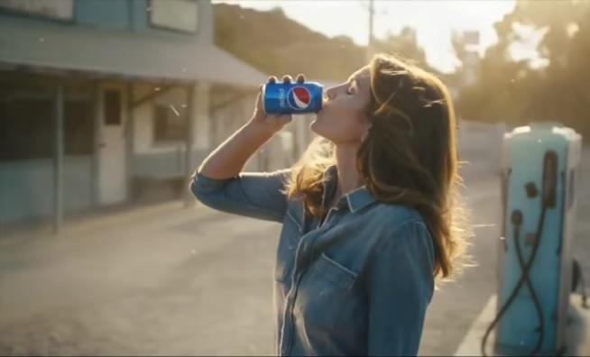 Cindy Crawford rifà lo spot Pepsi al Super Bowl