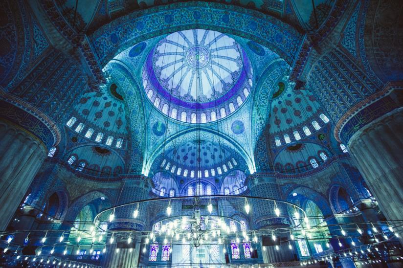 Le piastrelle blu dell'interno della Moschea Blu