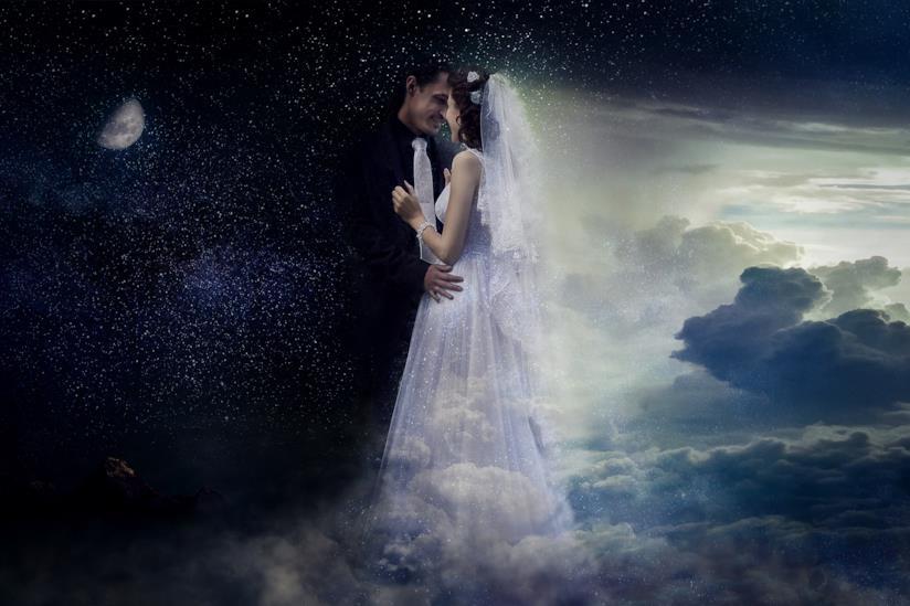 Coppia di sposi in procinto di baciarsi