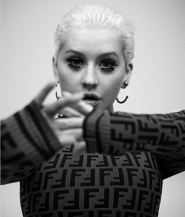 Christina Aguilera in un primo piano in bianco e nero