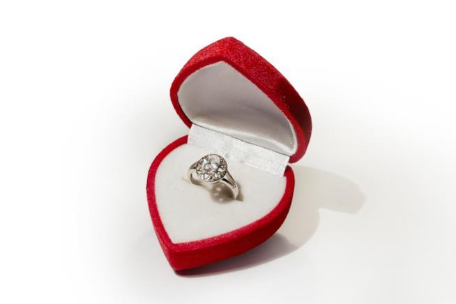 Anello di fidanzamento con pietra
