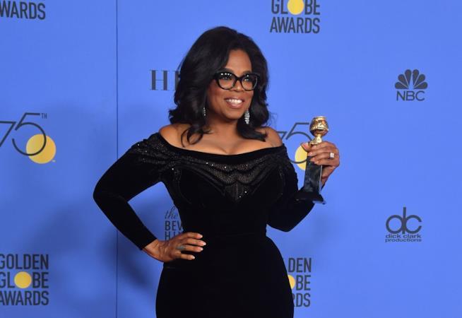 Oprah Winfrey tiene in mano il Golden Globe alla carriera