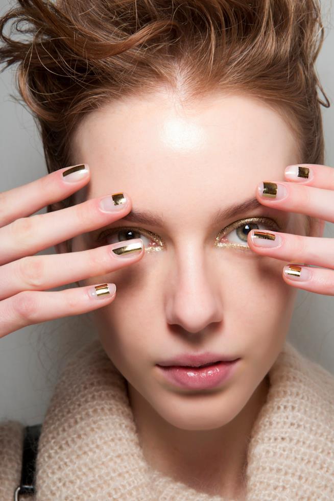 Nail art semplice con dettagli oro