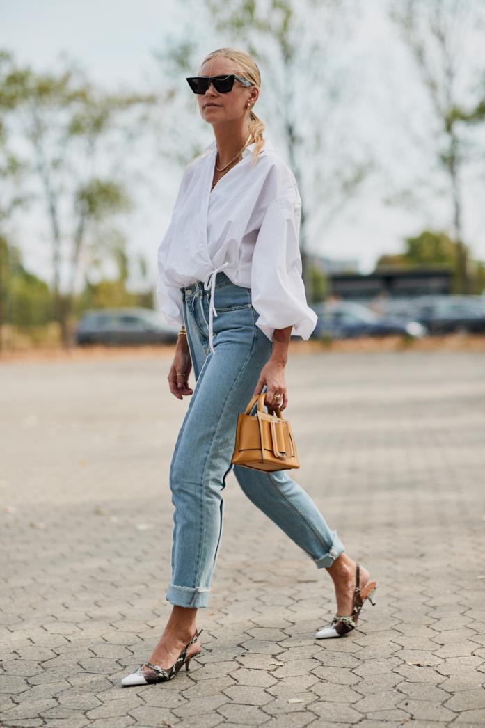 Outfit casual con camicia bianca e jeans a vita alta